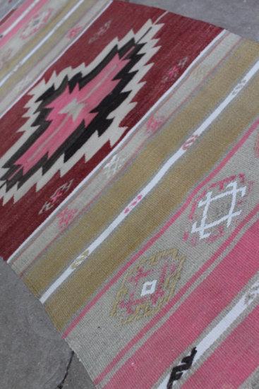 Laekker-lille-kelimloeber-med-flotte-rosa-farver