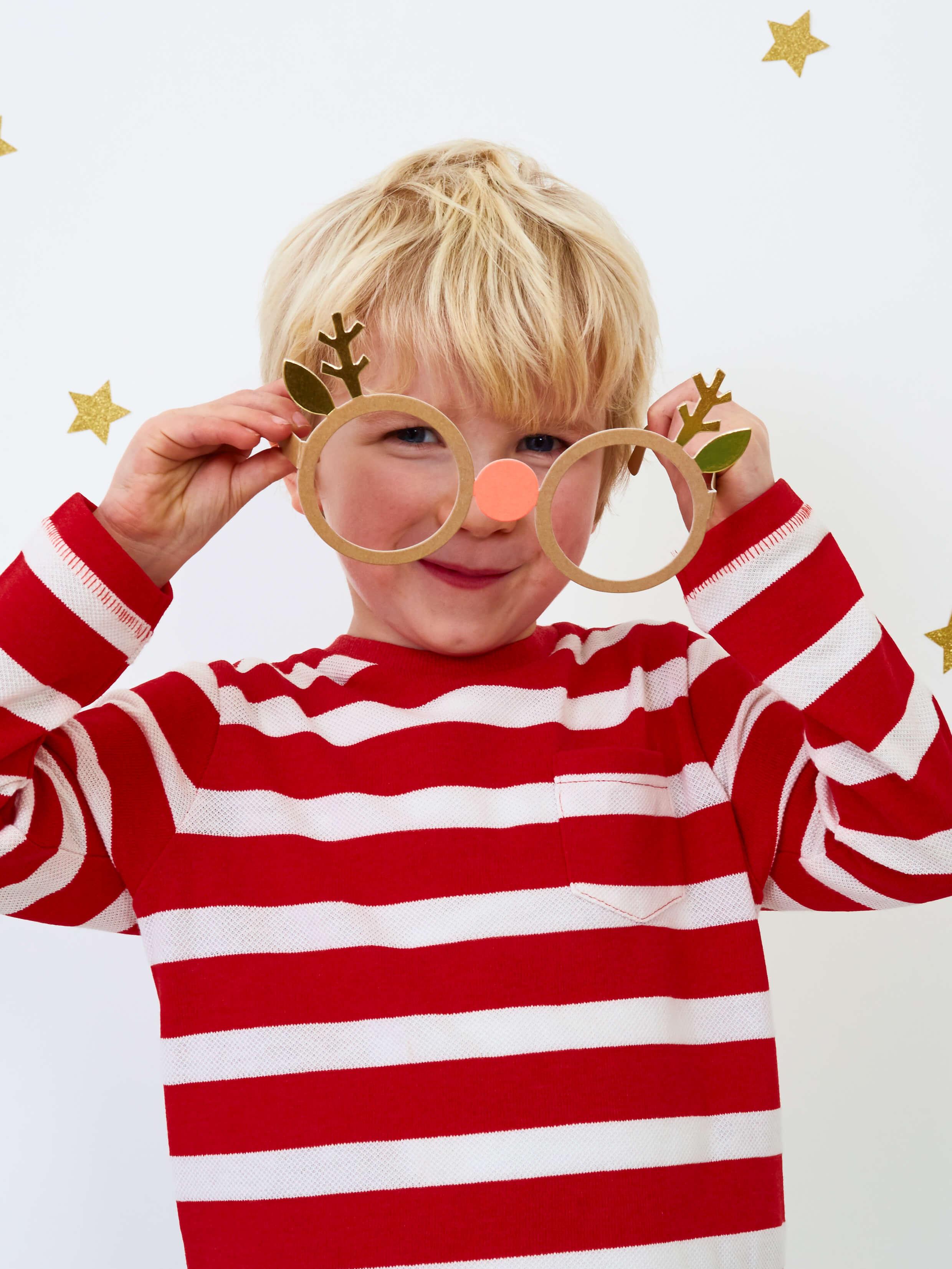 Dreng-med-rensdyr-festbriller-fra-Meri-Meri
