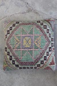 Fin-kelimpude-i-sarte-farver-nr-990