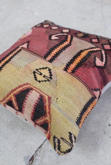 Flot-pude-i-vinroede-farver-nr-675