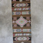 Ekstra-lang-kelimloeber-i-jordfarver-maal-80-x-397