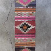 Flot-kelimloeber-med-fine-pink-farver-str-55-x-255-cm