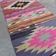 Flot-kelimloeber-med-pink-farver-str-55-x-255-cm