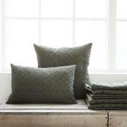 Housedoctor sengetæppe og puder i armygrøn
