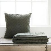 Stor armygrøn pude og sengetæppe fra Housedoctor