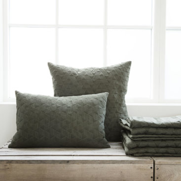 Armygrønne puder og sengetæppe