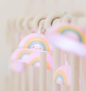 A-little-lovely-company-lyskæde-regbue-på-seng-tændt