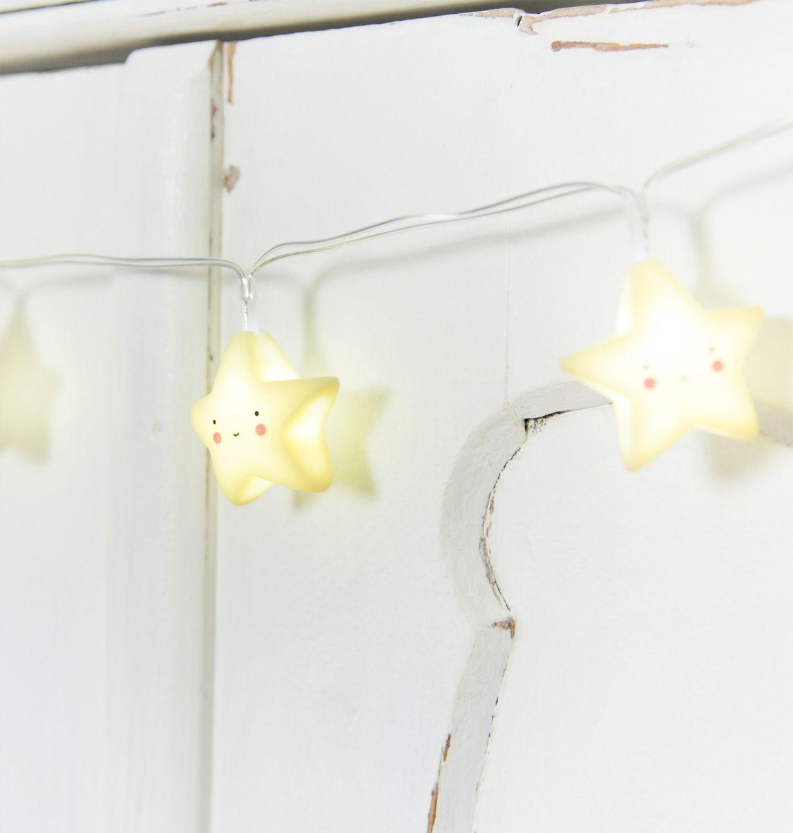 A-little-lovely-company-lyskæde-stjerner-på-skab-closeup