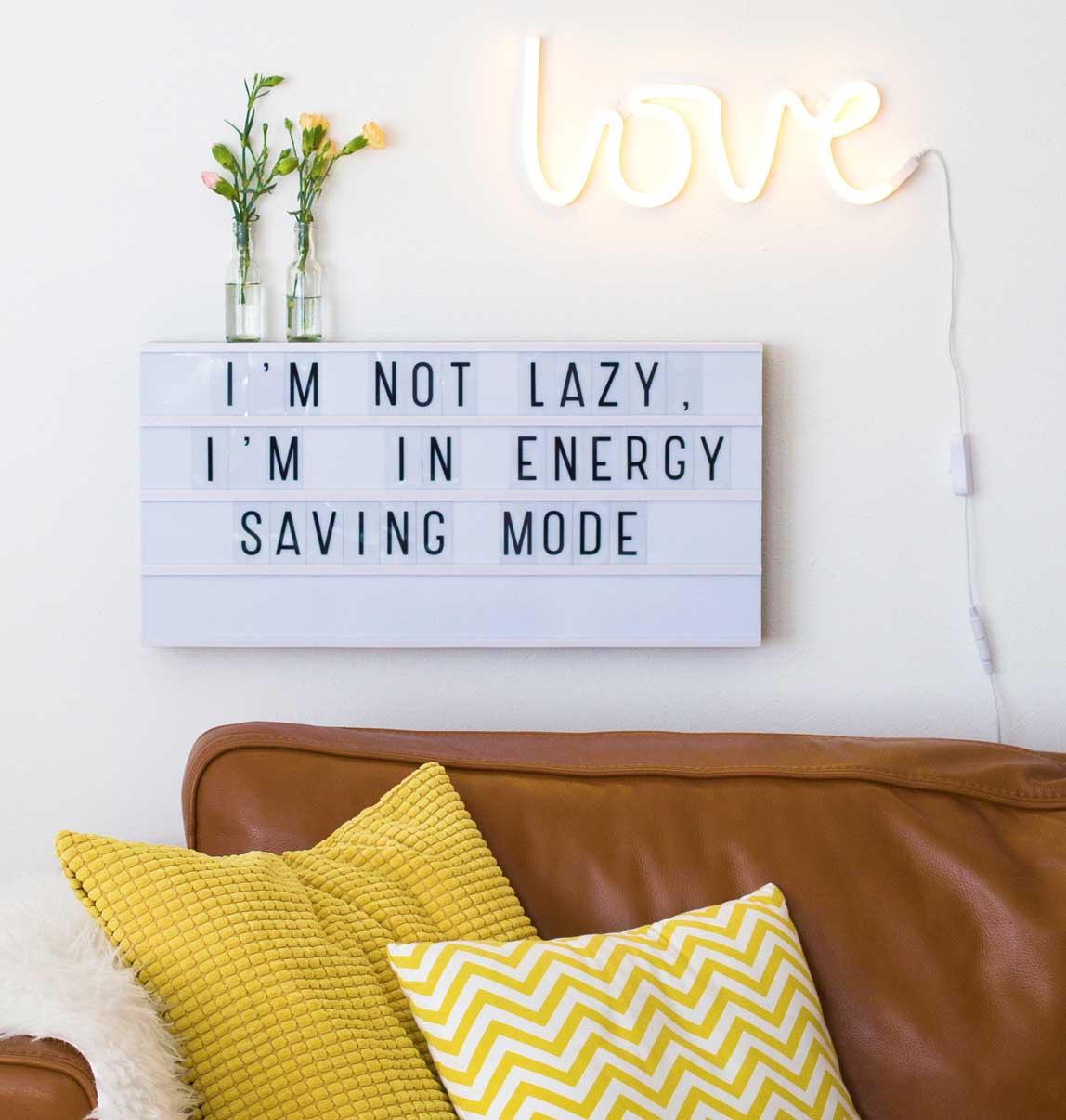 neon-lampe-love-gul-paa-vaeg