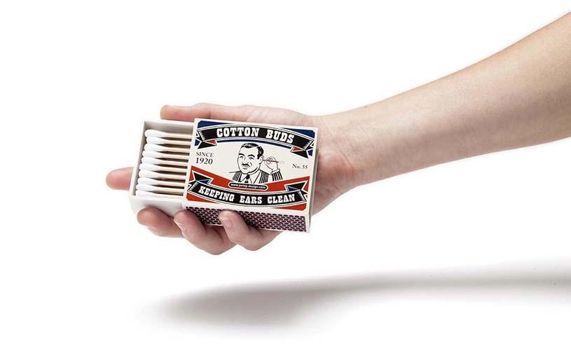 Æske med vatpinde i hånd