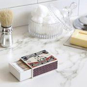 Æske med vatpinde på badeværelsesbord
