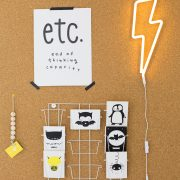 opslagstavle-med-gult-lyn-neon-lampe