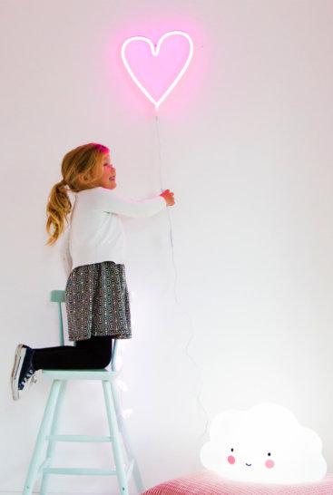 neon-lampe-pink-hjerte-paa-vaeg