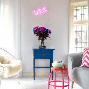 lampe-neon-love-pink-haengende-paa-vaeg