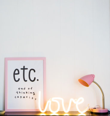 neon-lampe-love-gul-paa-bord