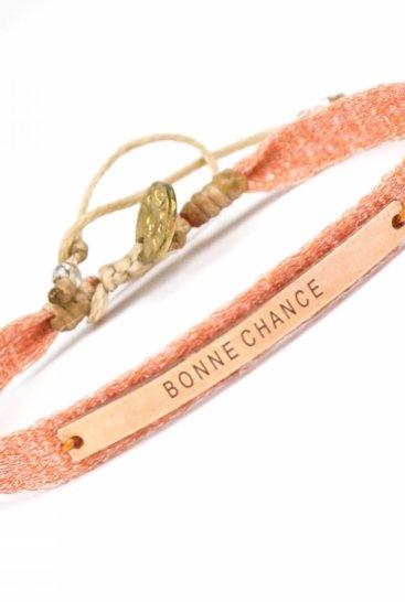 Koralfarvet-armbaand-med-tekst-bonne-chance