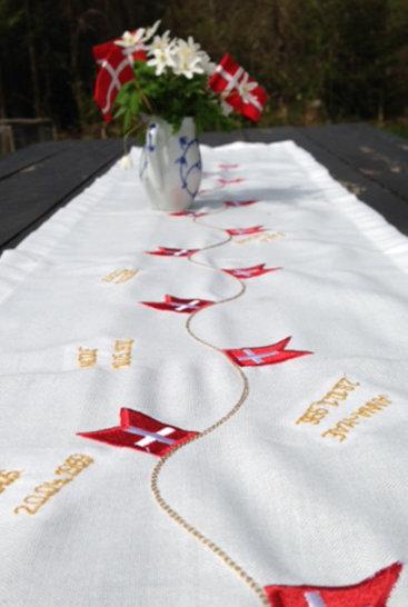 Bordloeber-med-flag-med-broderede-navne