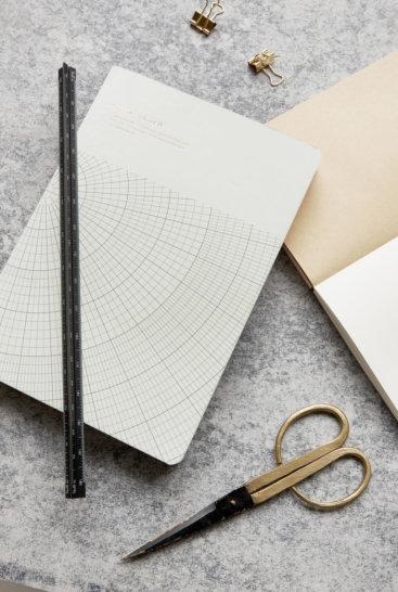 Laekker-lineal-i-metal-fra-Monograph