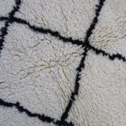 Laekkert-sort-og-hvidt-azilal-taeppe-i-str-115-x-140-cm