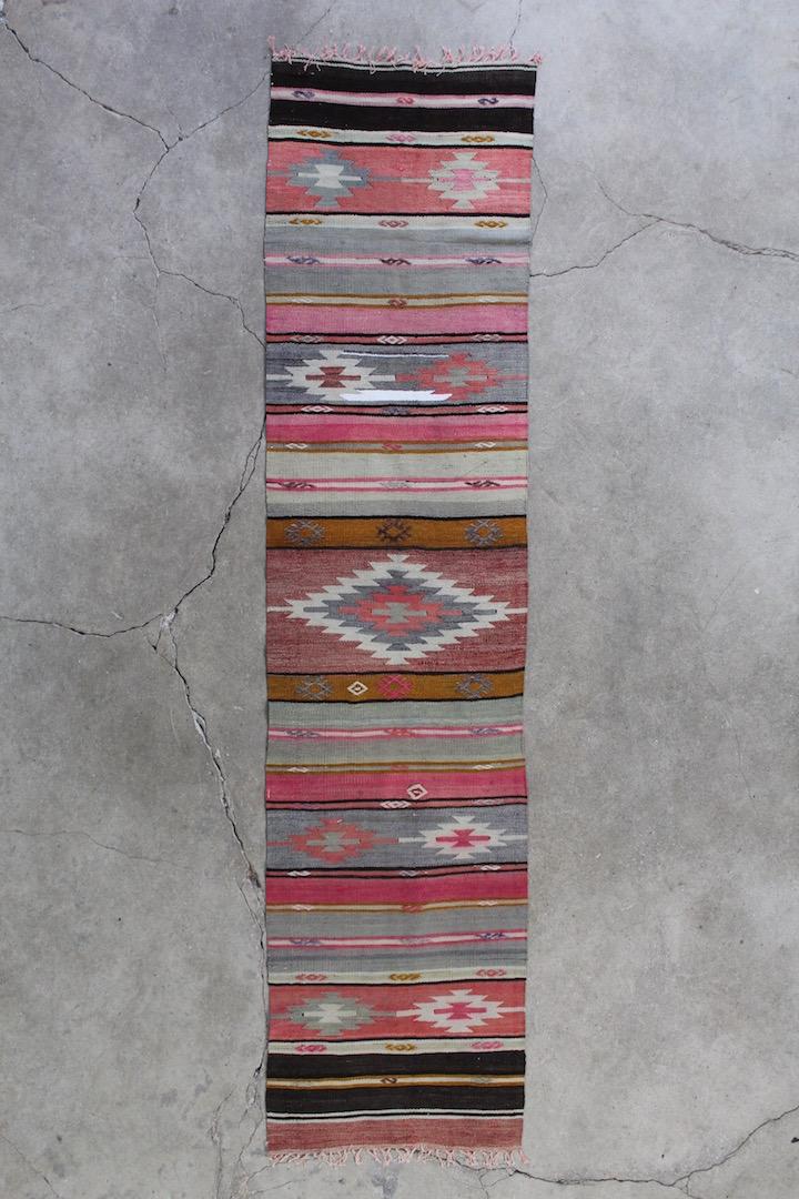 Rosa-kelimloeber-med-maalene-57-x-242-cm