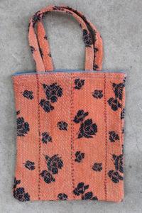 Sarinet-med-sorte-blomster-nr-014