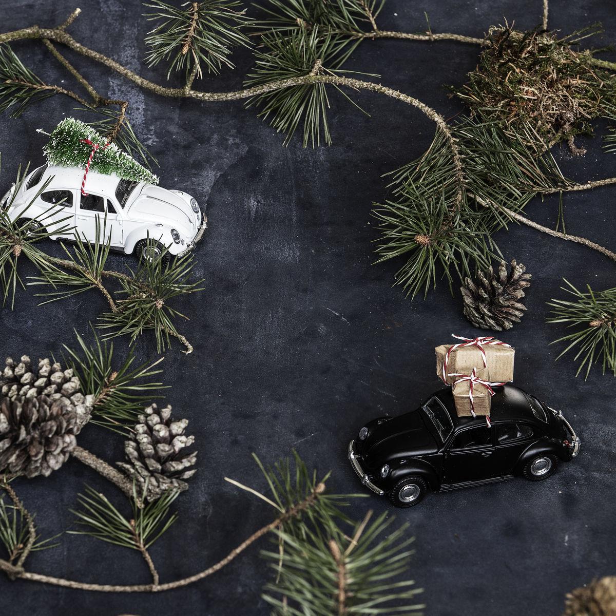 sort-bil-med-julegaver-paa-taget