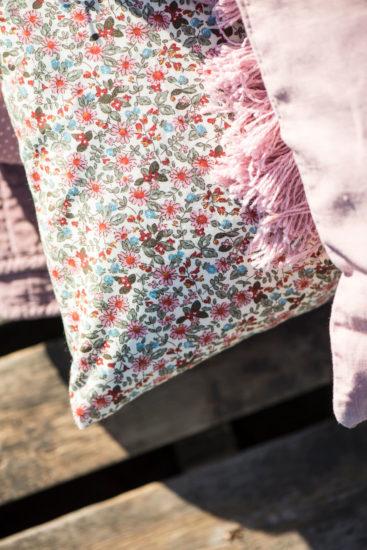 Stor-pude-med-roede-lyseroede-og-olivengroenne-blomster