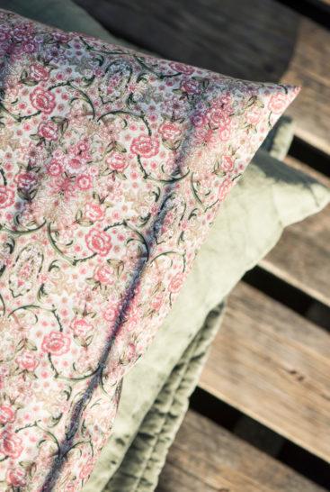 smuk-smaablomstret-pude-med-rosa-og-groenne-farver