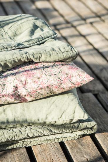 Laekker-smaablomstret-pude-i-rosa-og-groenne-farver-kr-299,-