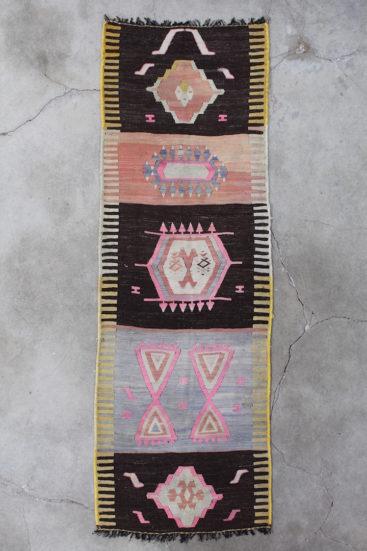 Laekker-kelimloeber-med-rosa-farver-maal-86-x-262-cm
