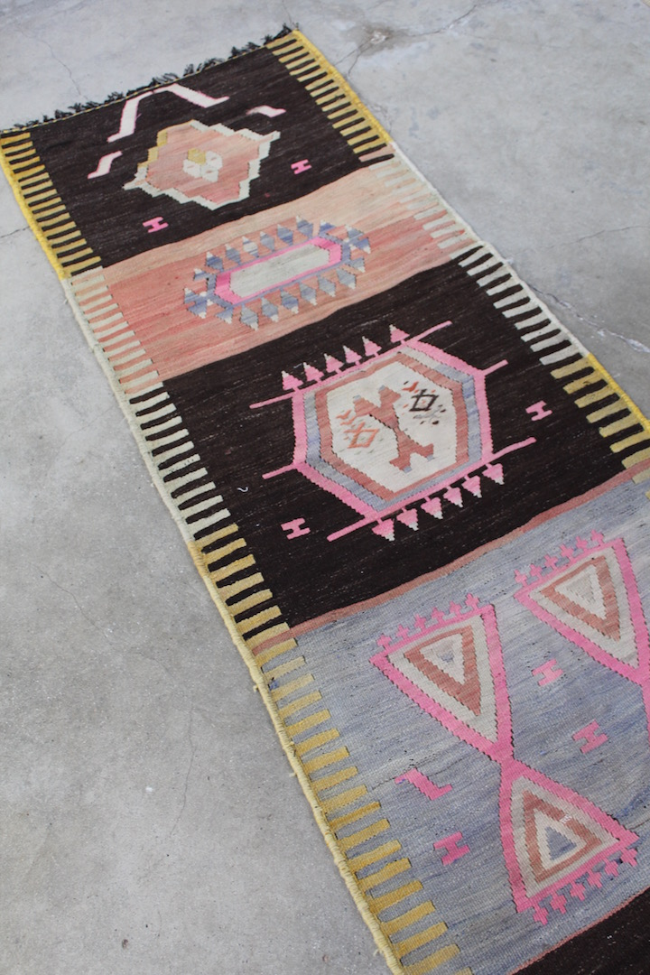 smuk-kelimloeber-med-rosa-farver-maal-86-x-262-cm