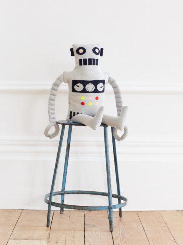 robot-pude-i-strik-siddende-paa-stol