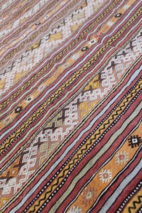 Smukt-kelimtaeppe-i-varme-farver-str-156-x-247