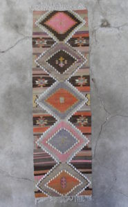 Kelimloeber-med-rosa-farver-i-str-82-x-294-cm