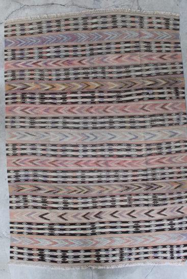 Kelimtaeppe-med-rosa-farver-i-str-157-x-227-cm