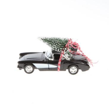 sort-bil-med-juletrae-paa-taget