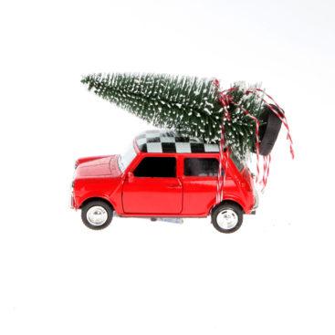 Roed-mini-cooper-julebil-med-juletrae-paa-taget