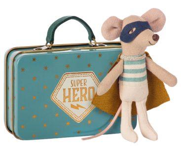Maileg-mus-superhelt-ved-kuffert